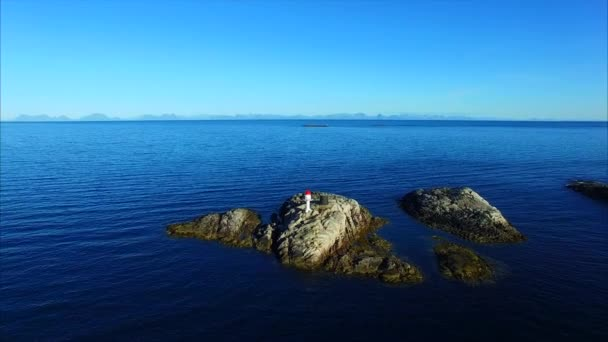 Leuchtturm auf kleinen Felseninsel