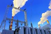 Fotografie Industriezone. Die elektrischen Transformator gegen Fabrik