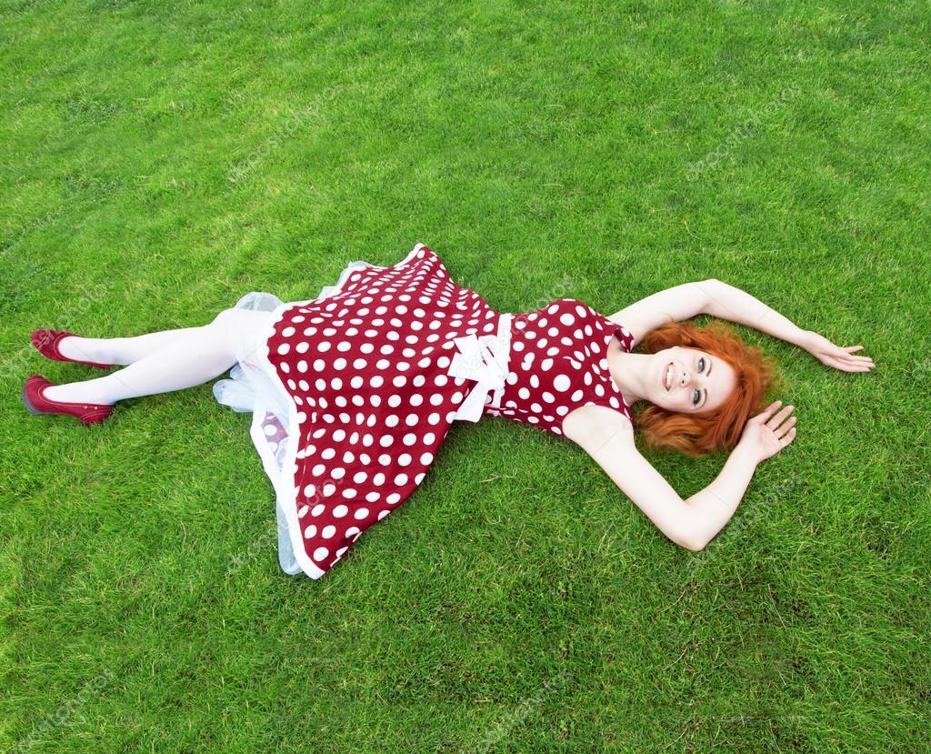 Девушка лежит сверху фото 378-318
