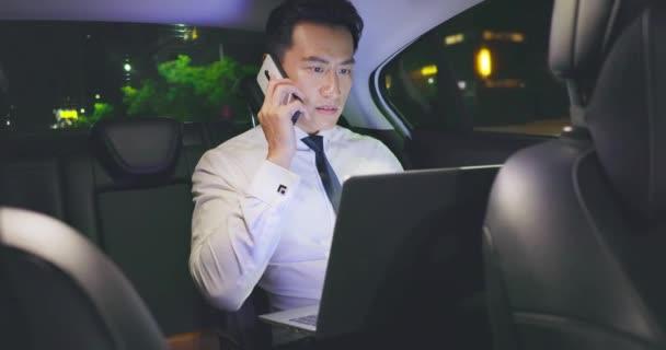 podnikatel pracuje v autě
