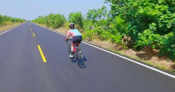 Asijské mladé žena na kole