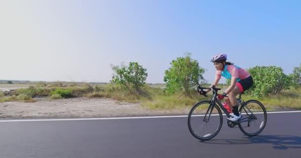 Asijské mladé žena cyklistika