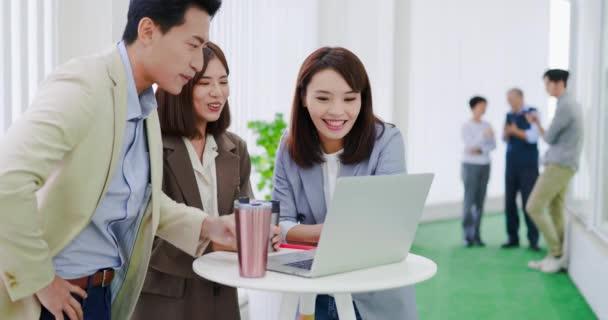 Unternehmer treffen sich am Tisch
