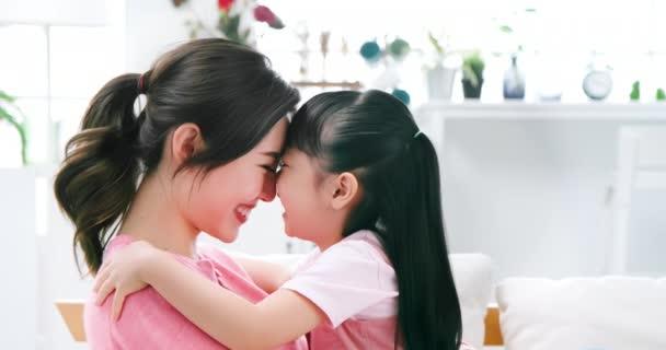 Mutter hält Tochter im Arm