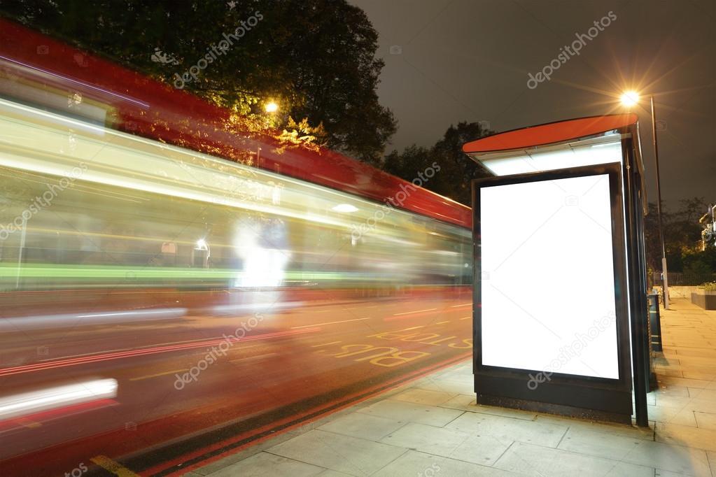 panneau d 39 affichage vide dans l 39 arr t de bus photographie ryanking999 60606343. Black Bedroom Furniture Sets. Home Design Ideas