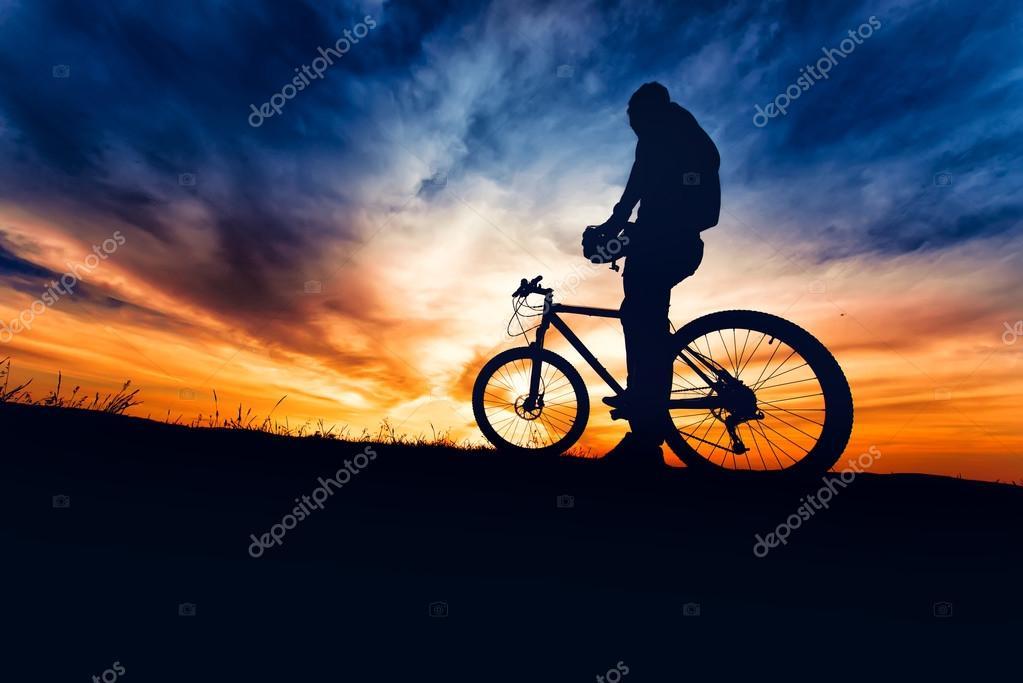 0ef9af2c5ec Silhouet van fietser voorbereiden op de trail run in de bergen — Stockfoto