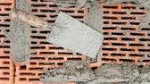 Fotografia Close-up, cazzuola e spatola con mattoni e Malta e cemento sfondo strumenti di costruzione