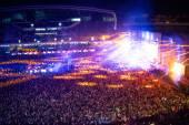 Fotografie Šťastní lidé na koncertech, párty a zvyšování rukou umělce na jevišti. Rozmazaný pohled na koncert davu