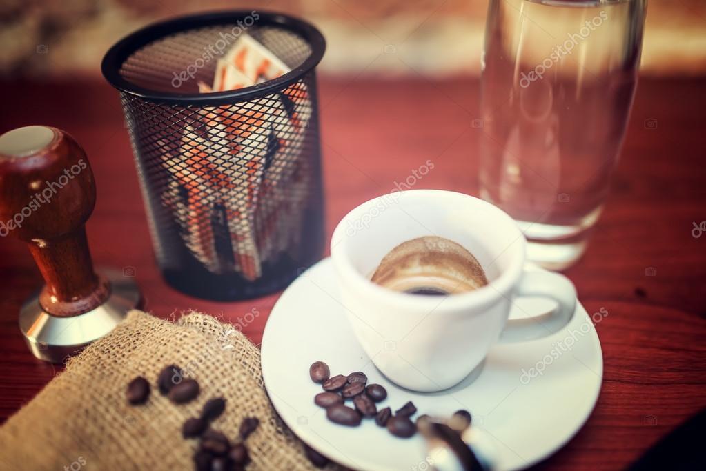 Ristretto di caffè nel bar o ristorante. effetto vintage su foto