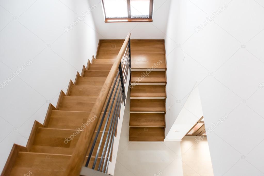 Diseño de interiores. Escalera minimalista de madera en casa de lujo ...