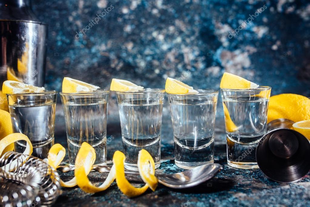 Tequila-Aufnahmen mit Zitronenscheiben und cocktail-Details ...