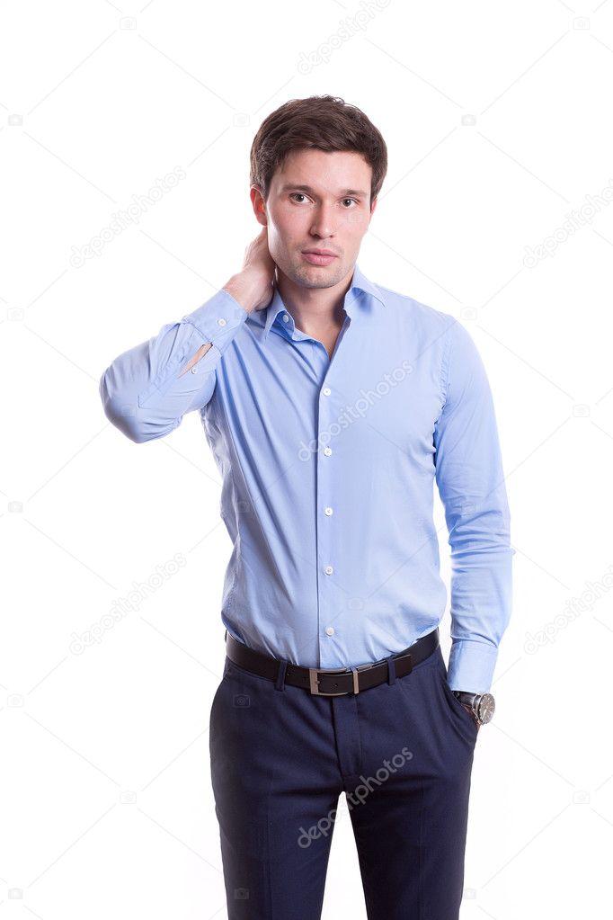 acc4752a964dc6 Schließen Porträt einer schönen jungen Mann in der Bürokleidung in einem  blauen Hemd Hose steht auf