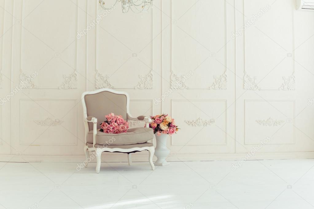 Exceptional Elegante Vintage Sessel In Einem Großen Raum Mit Einer Wand Mit Ornamenten  Verziert. Bunte Blumen In Einer Vase, Die Auf Dem Holzboden U2014 Foto Von ...