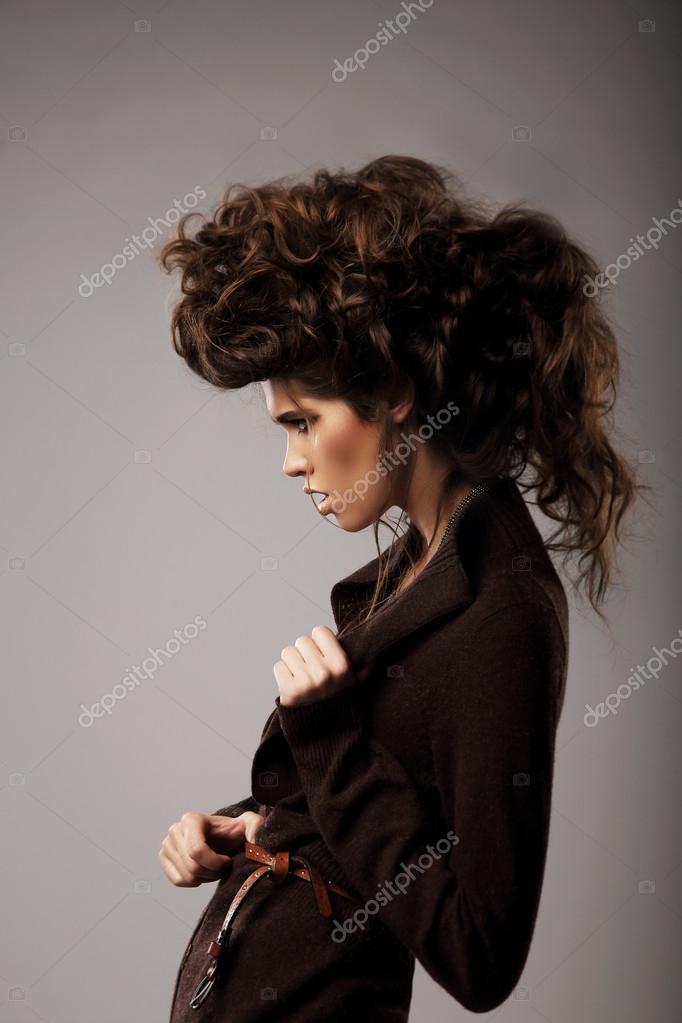Femme Hirsute Photo son charisme. femme élégante avec une coiffure hirsute inhabituelle
