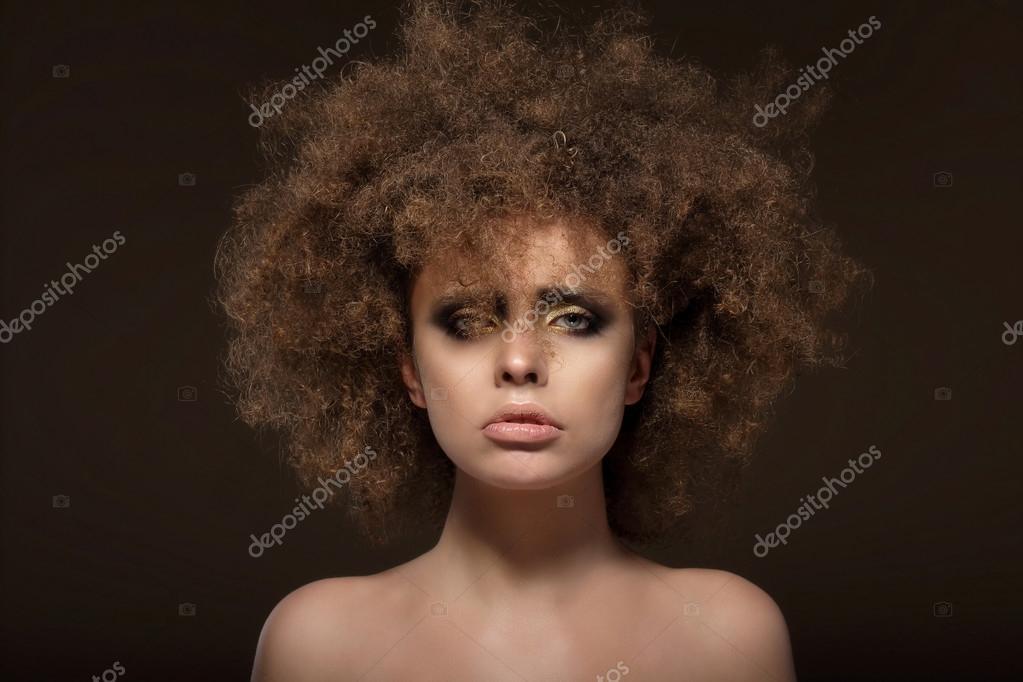 Femme Hirsute Photo individualité. femme avec les cheveux ondulé hirsute — photographie