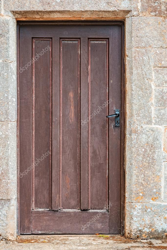 Vieja puerta de madera sin usar, en un muro de piedra — Fotos de ...