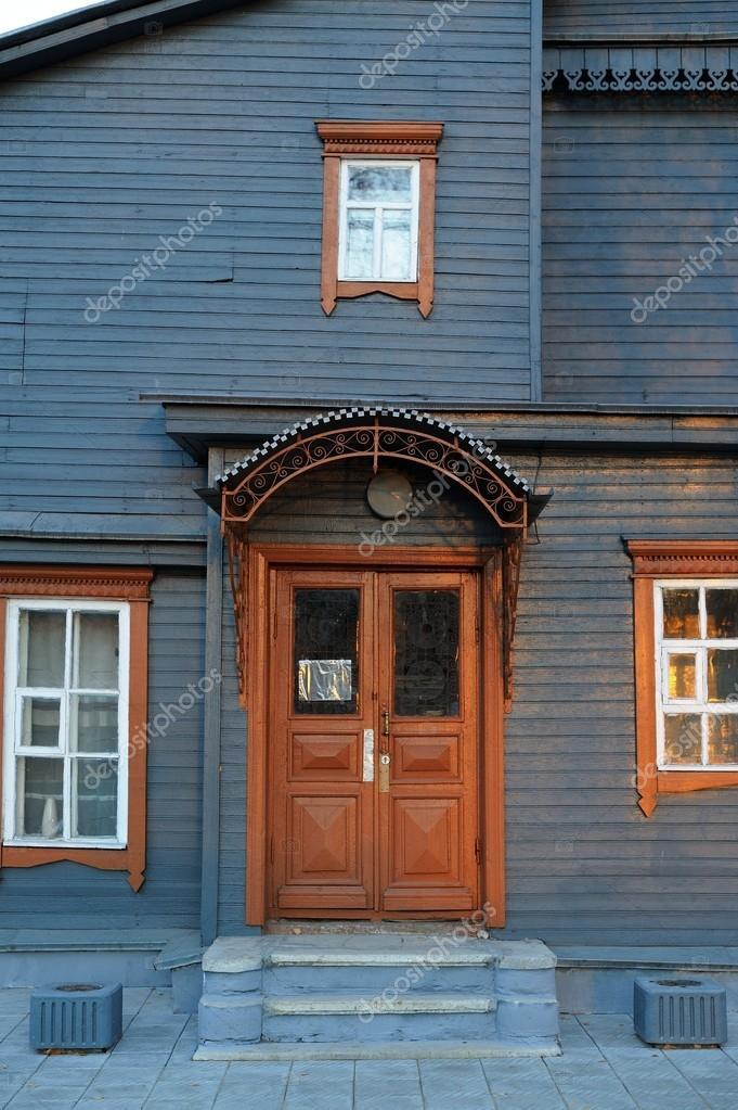 Geschlossene tür zeichnung  farbigen Holzhaus Fassade mit braun geschlossene Tür und gewinnen ...