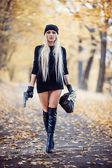 Fotografie Sexy blonde Mädchen mit Waffe