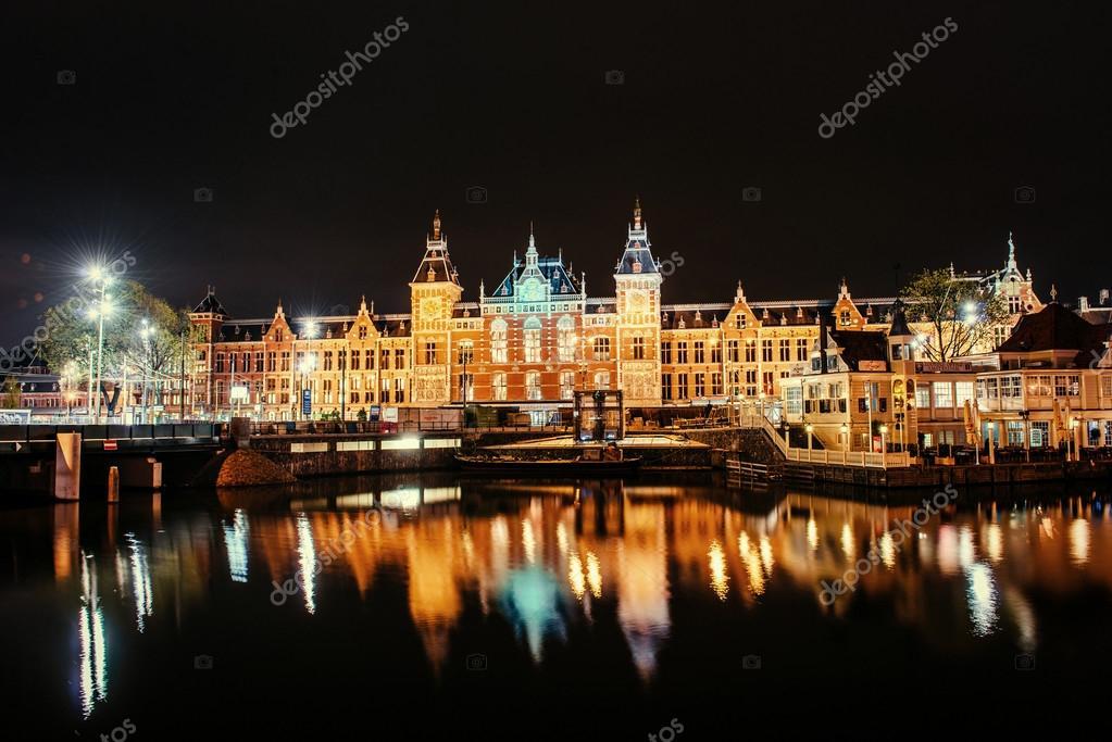 Bella notte in amsterdam illuminazione notturna degli edifici un