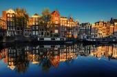 krásná noc v Amsterdamu. noční osvětlení budov