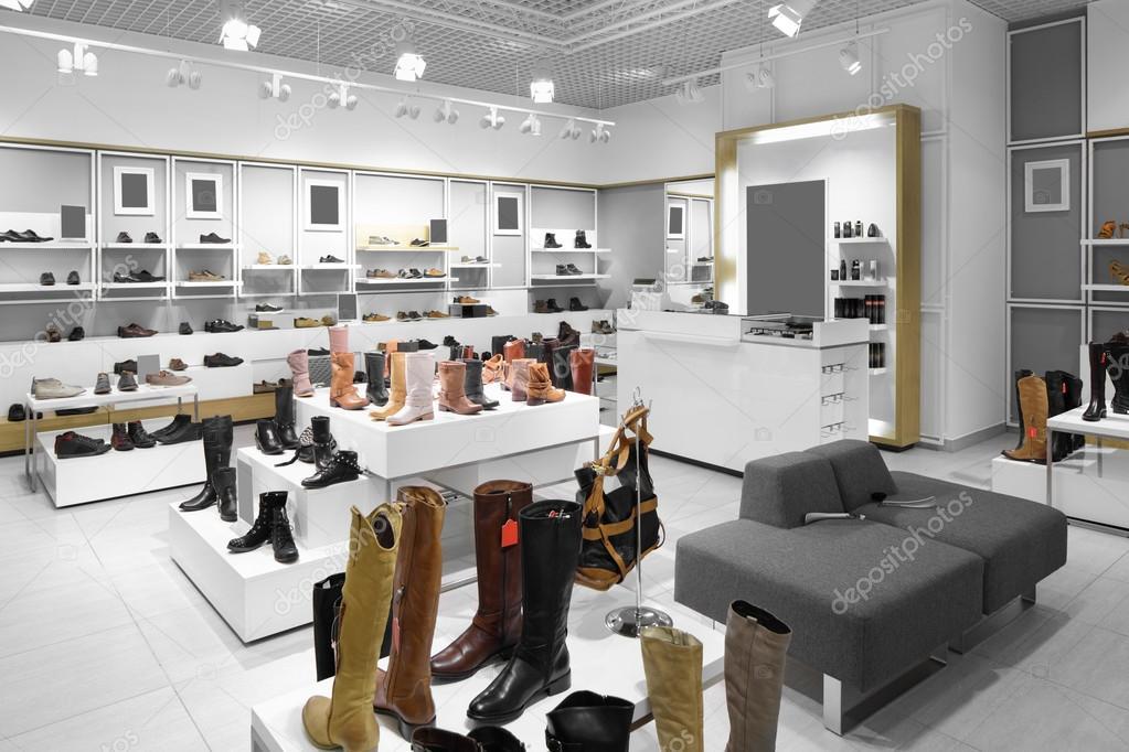 interieur van schoenenwinkel in moderne europese winkelcentrum stockfoto