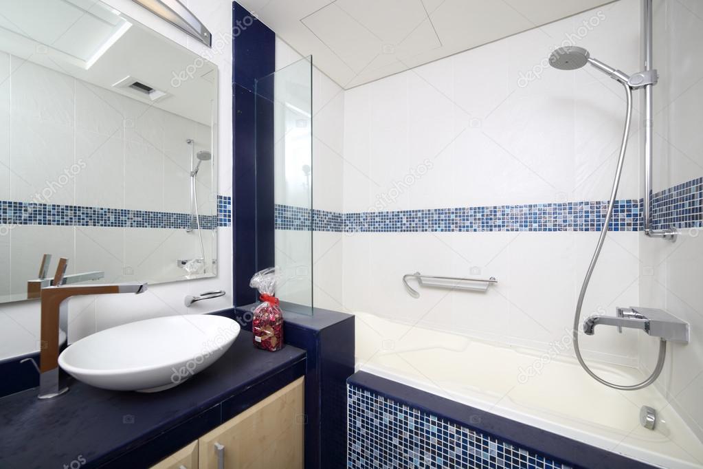 Intérieur de la douche européenne moderne u photographie fiphoto