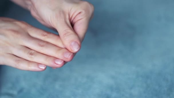 Egy fiatal nő karjai, aki krémet használ. Gyönyörű női kéz stúdió közelről. Öregedés, egészségügyi ellátás és fiatalítás.