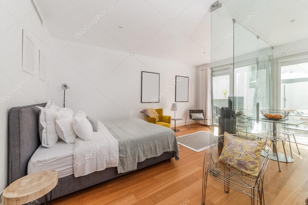 Casa moderna camera da letto singola con piccola cucina — Foto Stock ...