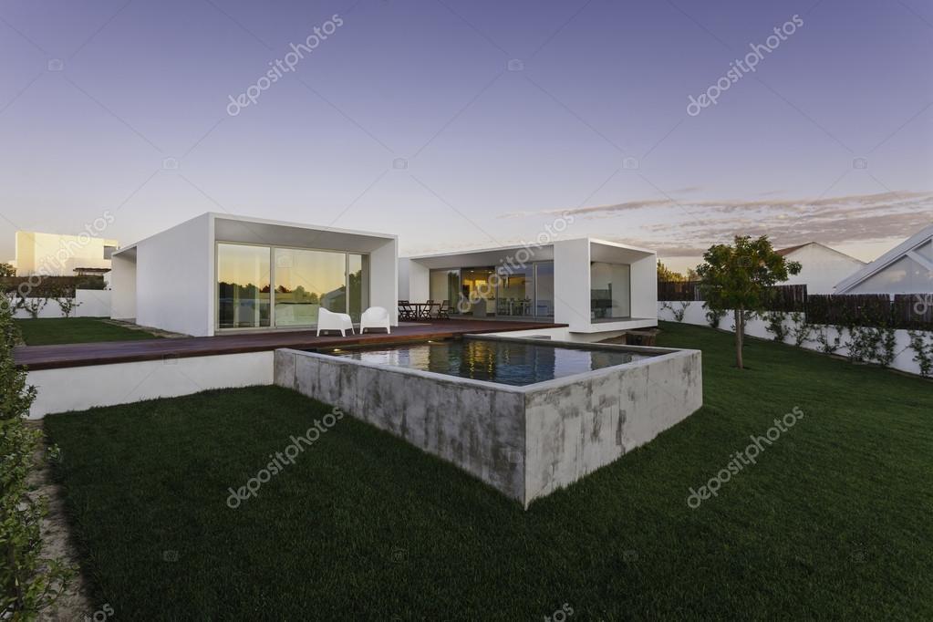 maison moderne avec jardin piscine et terrasse en bois photographie papandreos 55589651. Black Bedroom Furniture Sets. Home Design Ideas