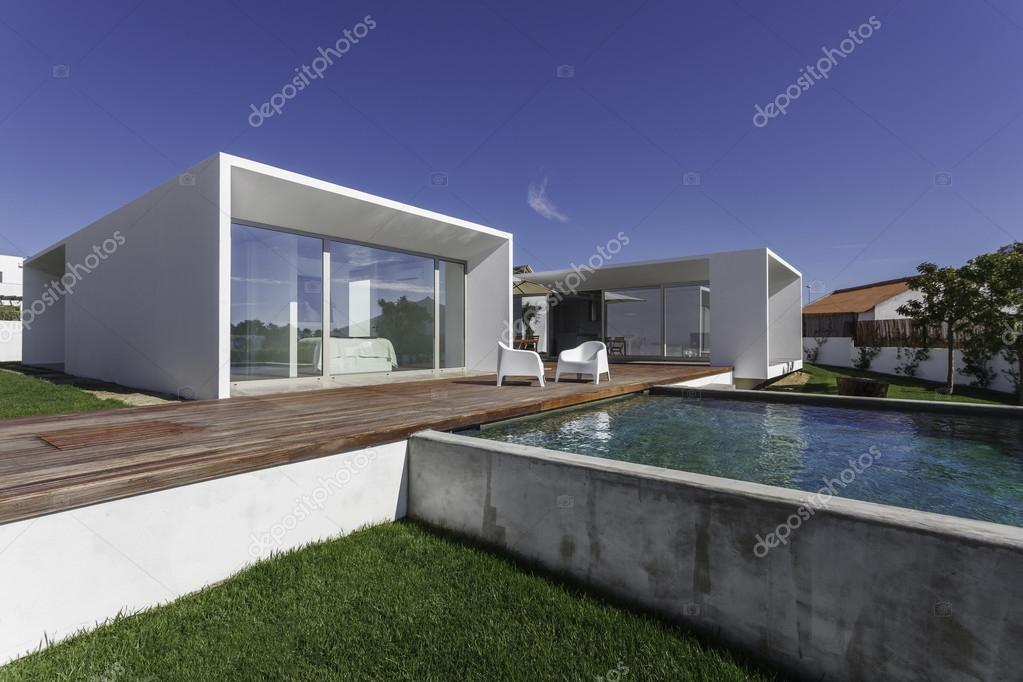 Casa moderna con giardino piscina e solarium in legno for Download gratuito di piani casa moderna