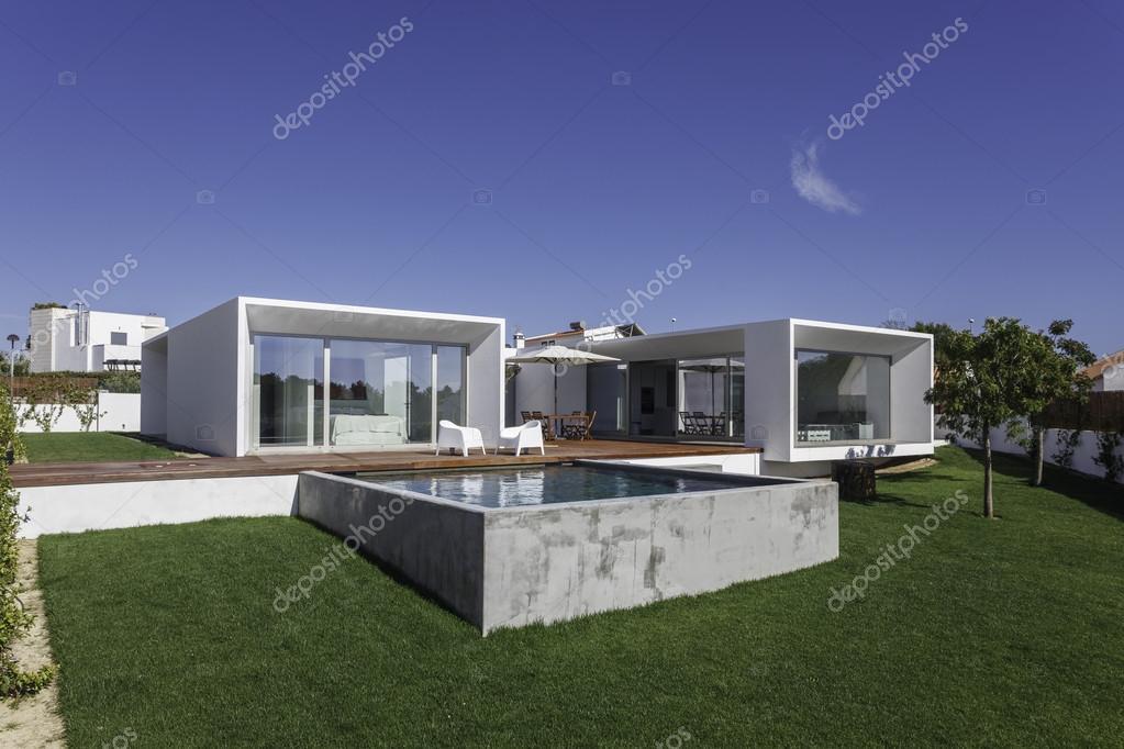 Casa moderna con giardino piscina e solarium in legno for Casa moderna legno