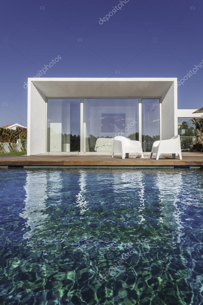 Maison moderne avec jardin piscine et terrasse en bois - Maison moderne avec jardin saint paul ...