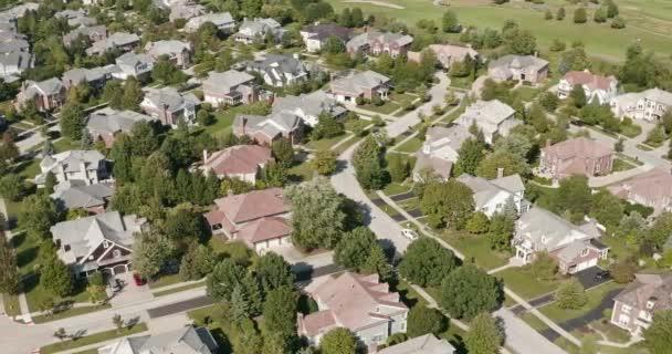Légi felvétel egy előkelő környéken Chicago külvárosában nyáron.
