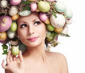 Ostern-Frau. Porträt des schönen Modells mit bunten Eiern.