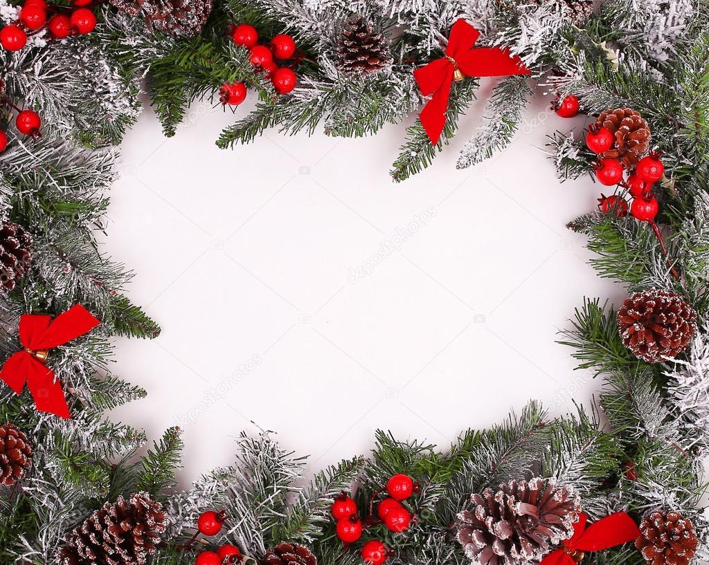 Frontera, marco de ramas de árbol de Navidad con piñas de pino ...