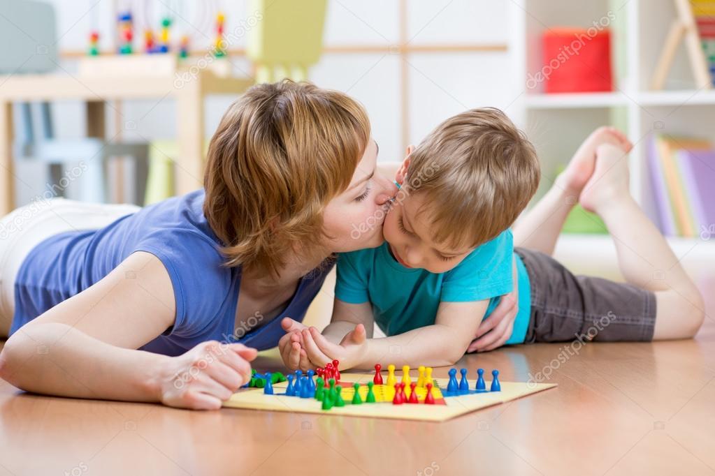Juegos Para Jugar Con Mama Infantil Y Mama Jugando Juego De Mesa