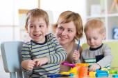 Rodina, tvarovaný z hlíny hračky. Matka s dětmi hrát