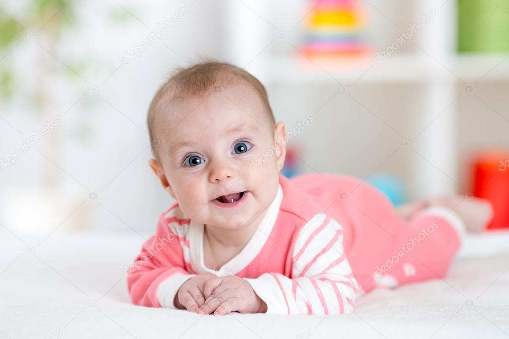 wyprzedaż niskie ceny kody kuponów Bardzo zadowolony śmiech dziecka w różowe ubrania leżącego ...