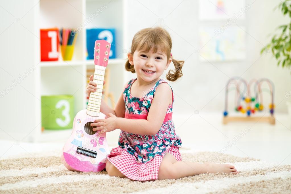 petite fille avec cadeau jouet guitare photographie oksun70 57120055. Black Bedroom Furniture Sets. Home Design Ideas