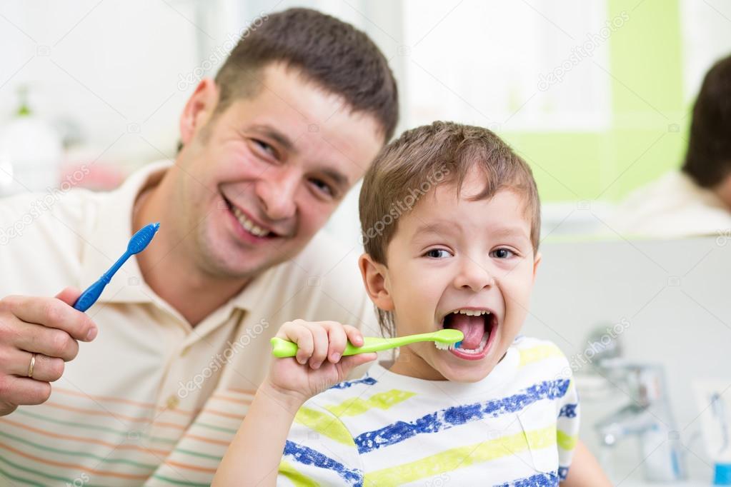 Vater und Kind Sohn im Bad Zähne putzen — Stockfoto © oksun70 #58089051