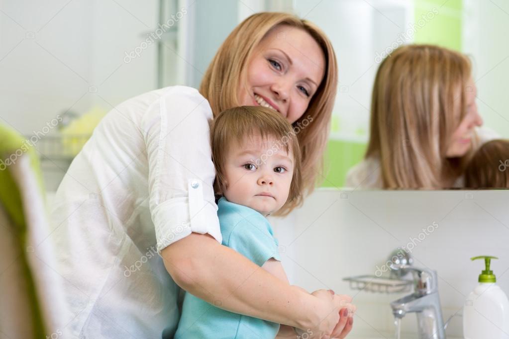 Mutter lehrt Kind, dass Hände waschen im Bad — Stockfoto © oksun70 ...