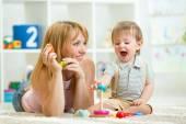 Rodič a dítě chlapec spolu hrají doma