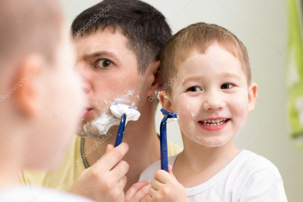 Lustiger Mann und Sohn kleines Kind Rasur Blick in den Spiegel im ...