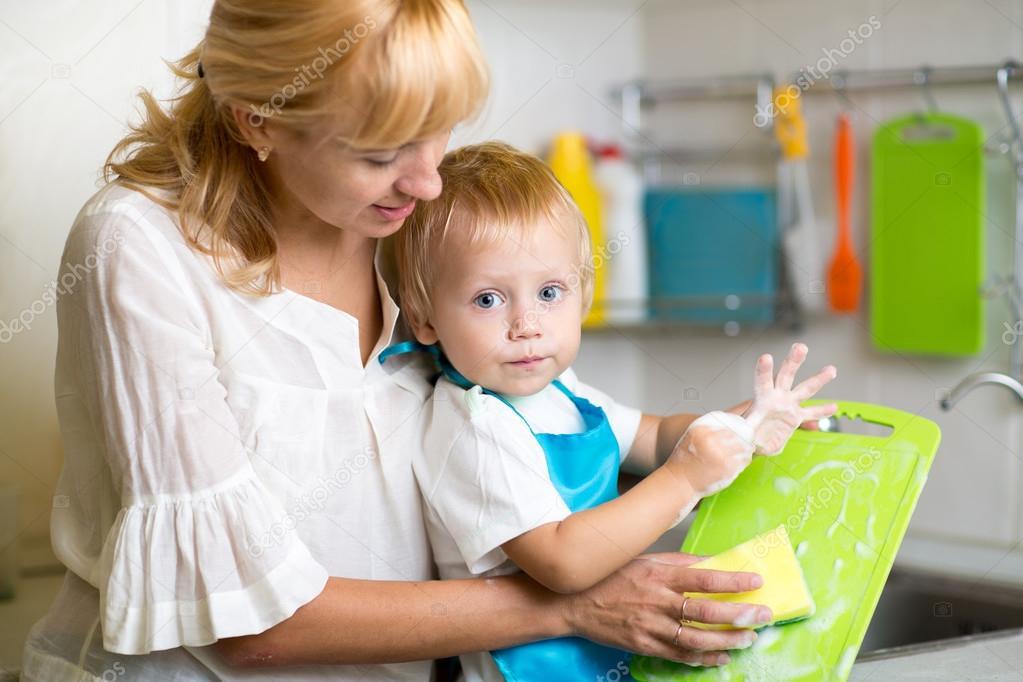 Madre E Hijo Chico Lavar Los Platos