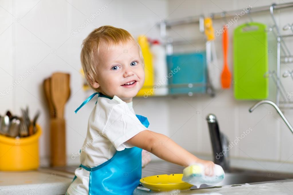 kleinkind kind abwasch in der küche. kleinen jungen spaß mit dazu ... - Kleinkind Küche