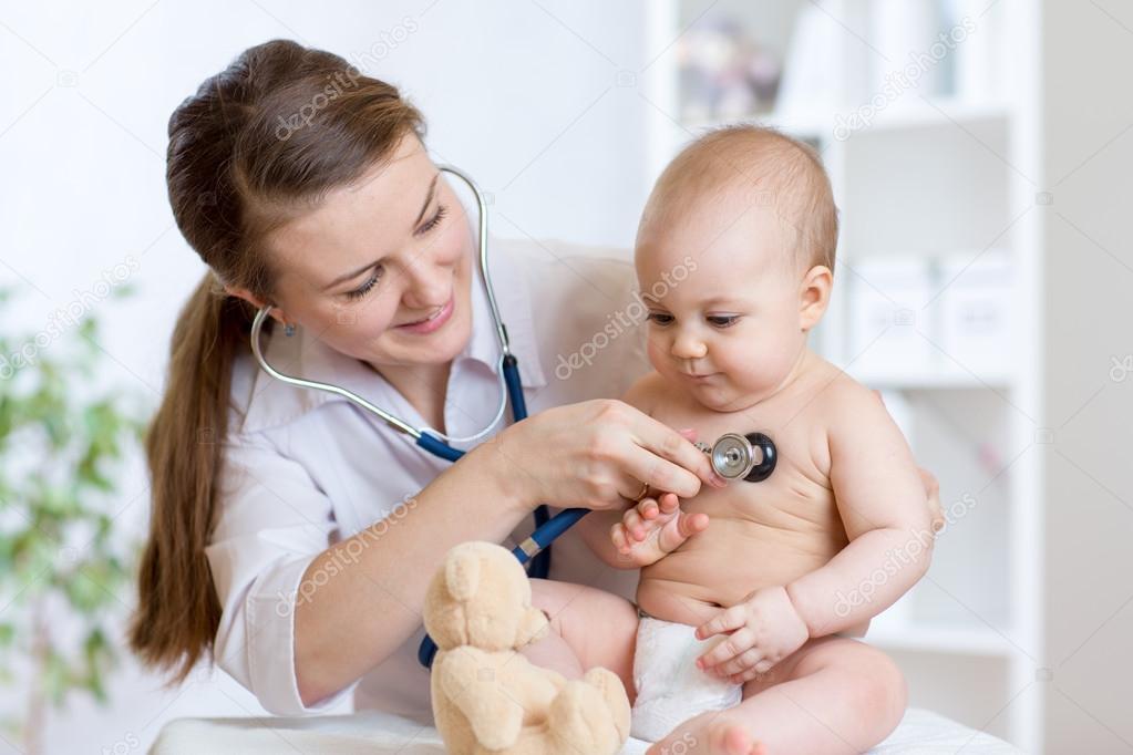 Pediatra de mujer lindo examen de niño del bebé con el