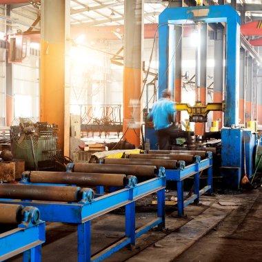 Çelik fabrikası işçileri iş başında.