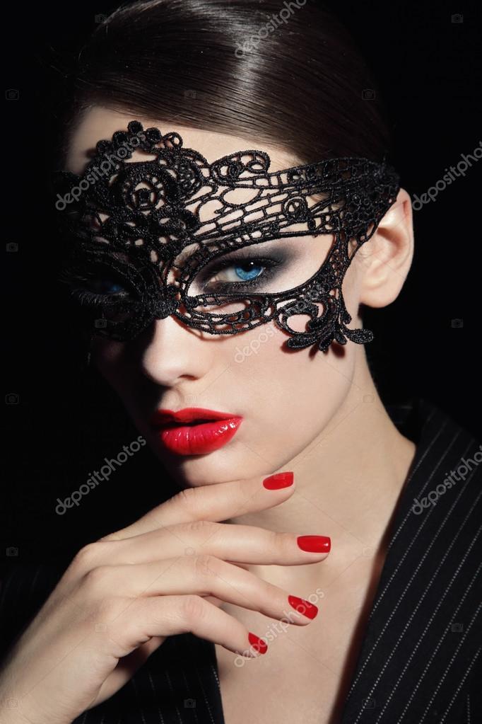Девушка в кружевной маске с мужчиной