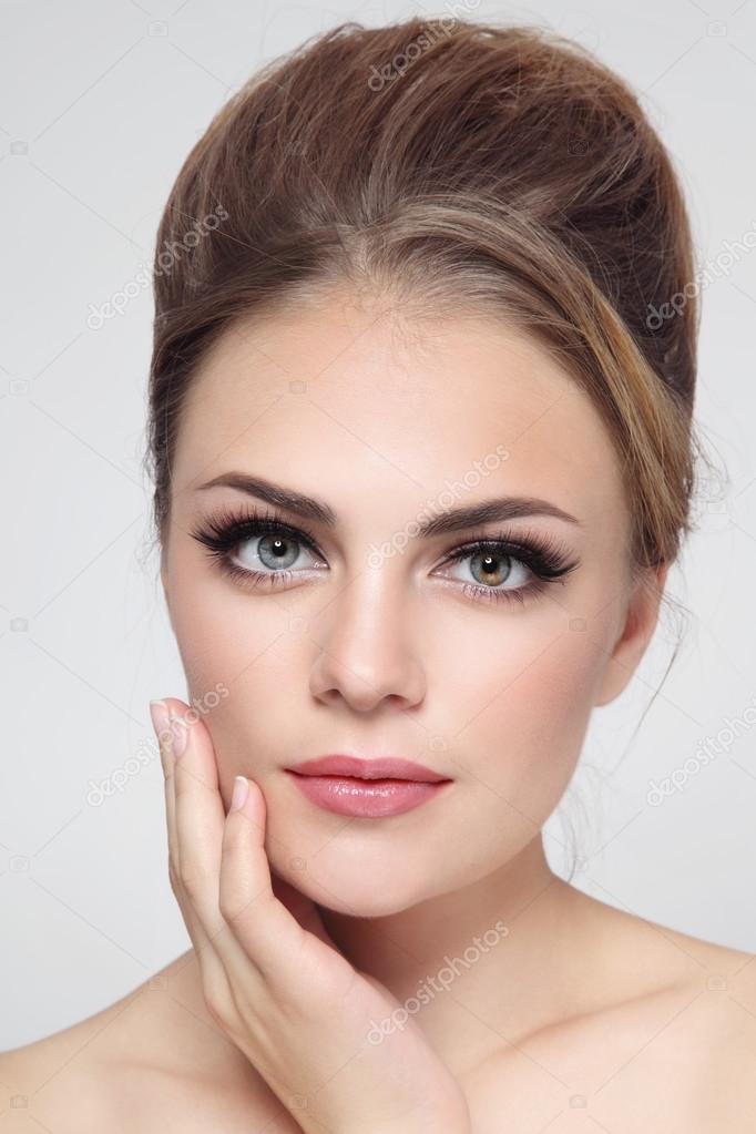 Femme avec du maquillage de cheveux chignon et chat d\u0027yeux \u2013 Image