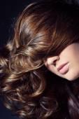 Fotografie žena s dlouhými kudrnatými vlasy